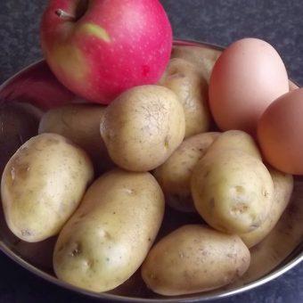 Gebakken ham-aardappelen met ei en appelsalade_2