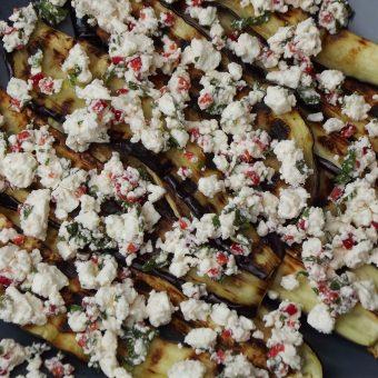 Gegrilde aubergines met feta, munt en rode peper