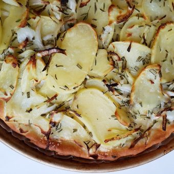 Pizza met aardappel, ui en rozemarijn_2