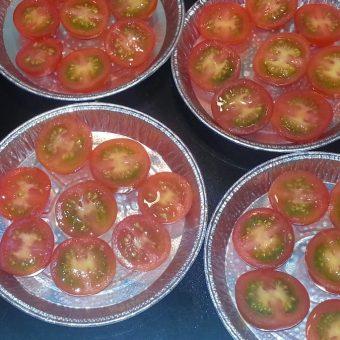 Tarte Tatin met tomaten en uiencompote