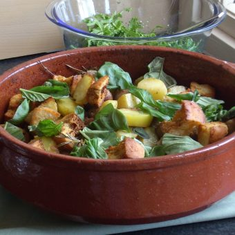 italiaanse-worstjes-met-rozemarijn-en-aardappelen