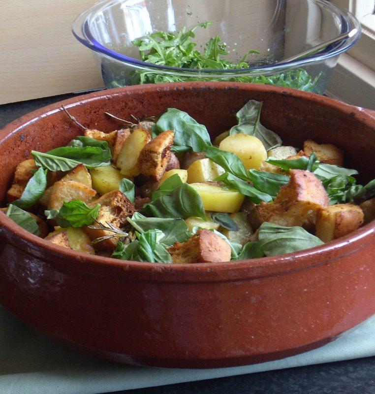 italiaanse worstjes met rozemarijn en aardappelen