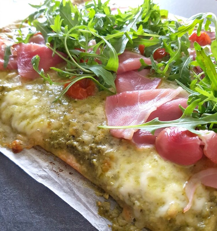 Pesto-pizza met kerstomaten